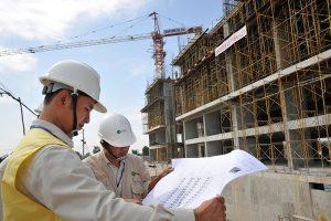 Chuyên viên và kỹ sư đang trao đổikinh nghiệm thi công nhà dân dụngtại một công trình