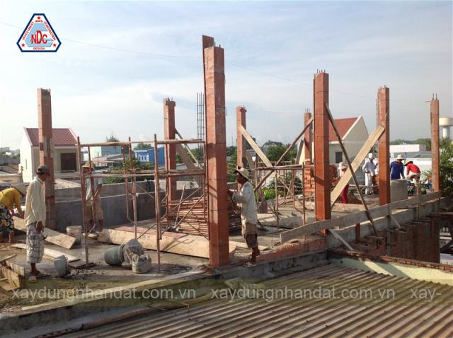 Công tác đổ bê tông trụ cột nhà ống đẹp 7x20m 3 tầng