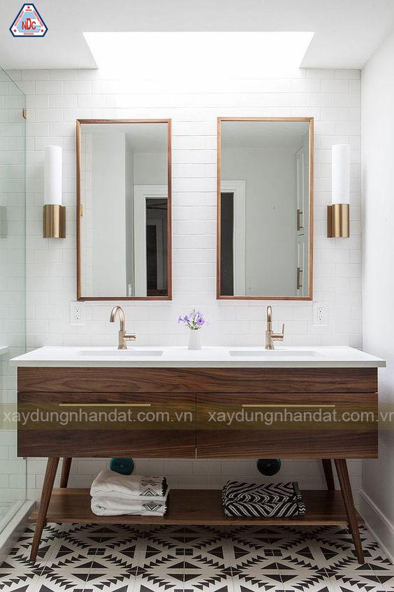Thiết kế phòng tắm màu trắng và gỗ